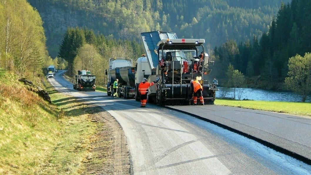 (Illustrasjonsbilde) Det skal blant annet lyses ut ekstra asfaltkontrakter for de flere hundre millionene som ble bevilget ekstra av Stortinget på grunn av koronakrisen.