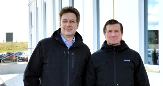 Fra venstre: Håkan Jacobsson (administrerende direktør i Peab Asfalt) og Håkan Wifvesson (administrerende direktør i Swerock).