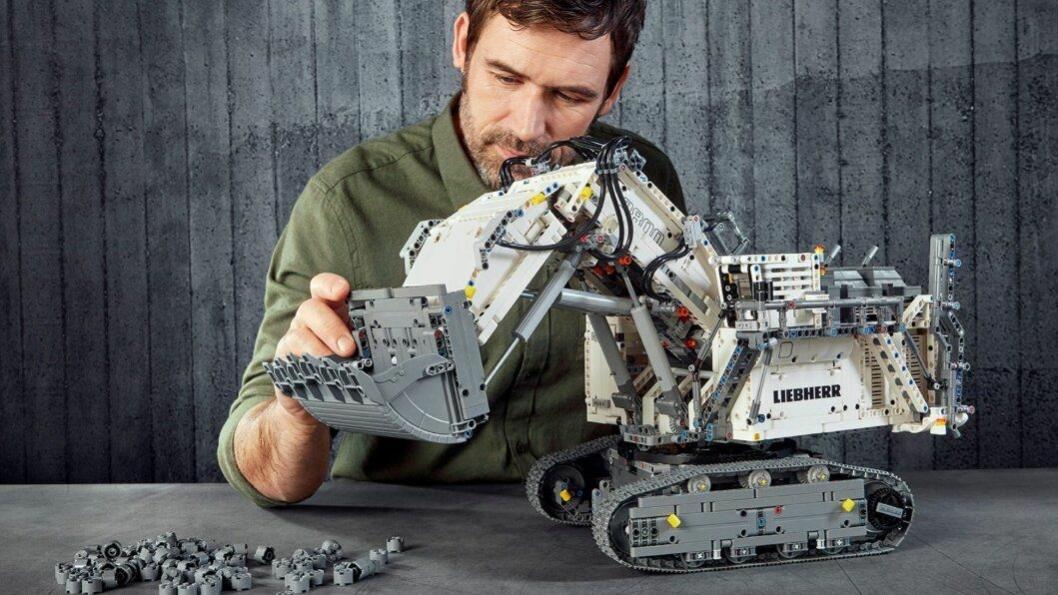 Lego Technic-byggesettet Liebherr R 9800 (Legonummer 42100) bør få timene til å fly når settet skl bygges.