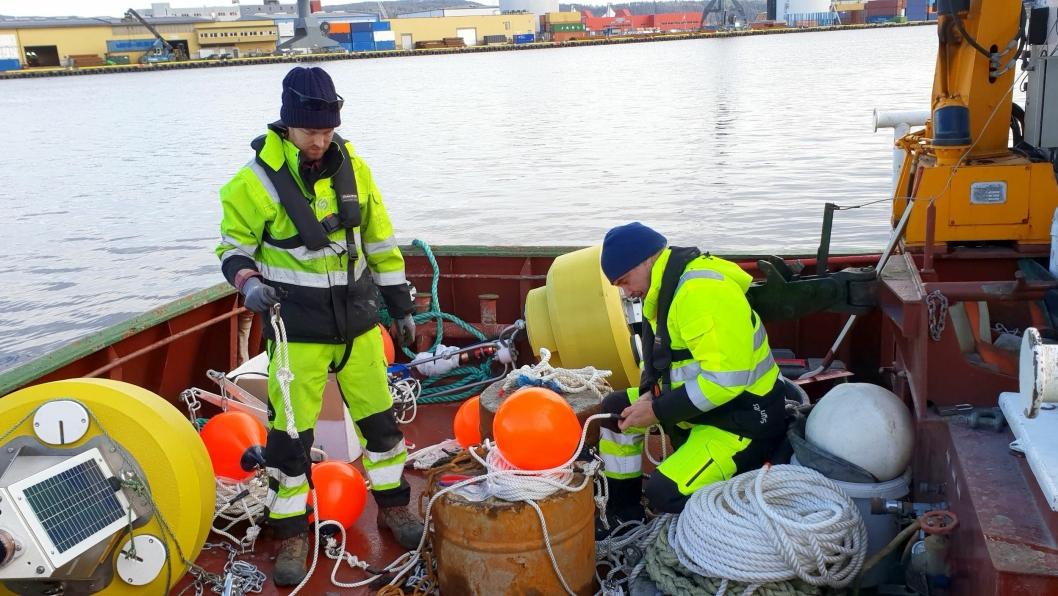 Mike Voellmeccke og David A. Benton etablerer målesystemet på Drammen Havn i februar 2020.
