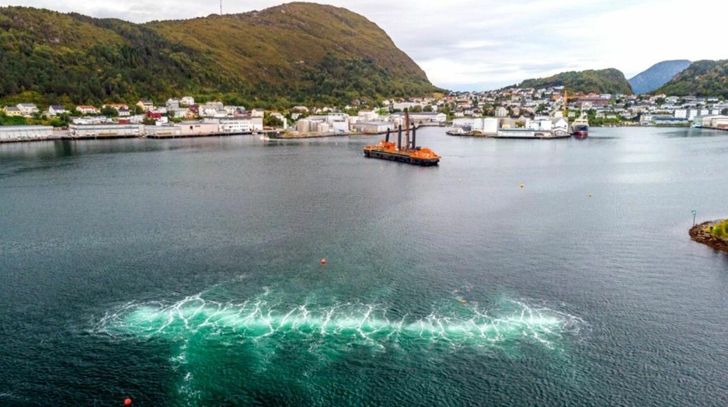 Bilde fra testing av boblegardin ved sprenging i sjøen ved Ålesund høsten 2019.