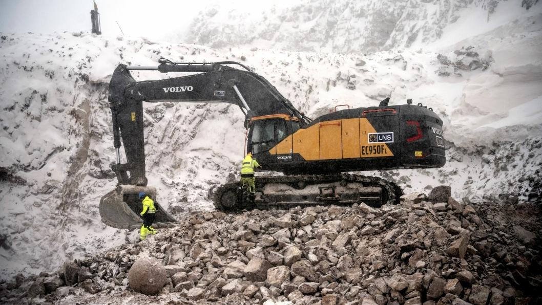 LNS i Austertana har som første norske entreprenør tatt i bruke Volvos nye og største gravmaskin EC950. Den brukes som lastemaskin i kvartsittbruddet. Med den 2,65 meter brede og 6200 liter store skuffa fra KleppMek.ruver den nye Volvo-graveren.