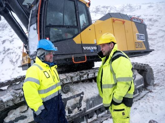 Lars Dahle (t.v.) fra Volvo er fornøyd med opplevelsene Robert Erlandsen deler om den nye maskinen. Han er en av tre lastere iAustertanaog har gjort det i 16 år.
