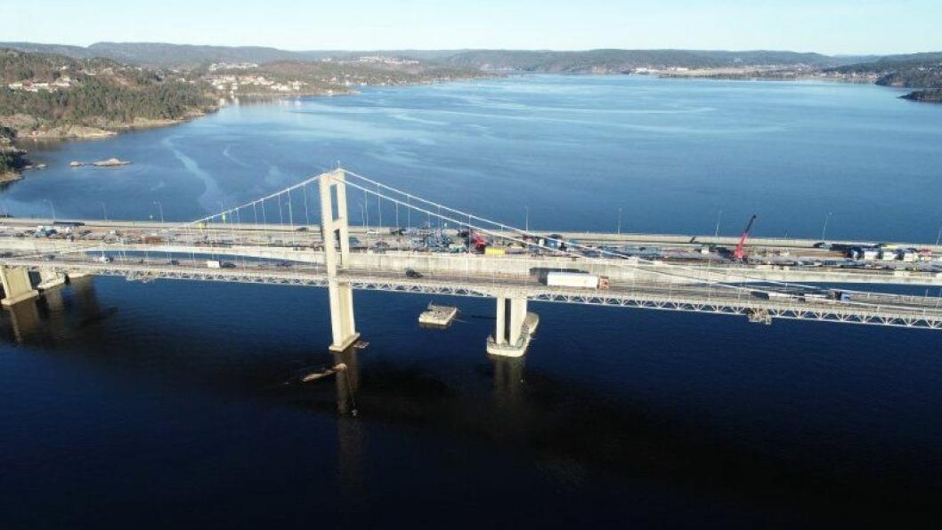 E18 Varoddbrua som binder øst og vest i Kristiansand, sett fra nordøst.