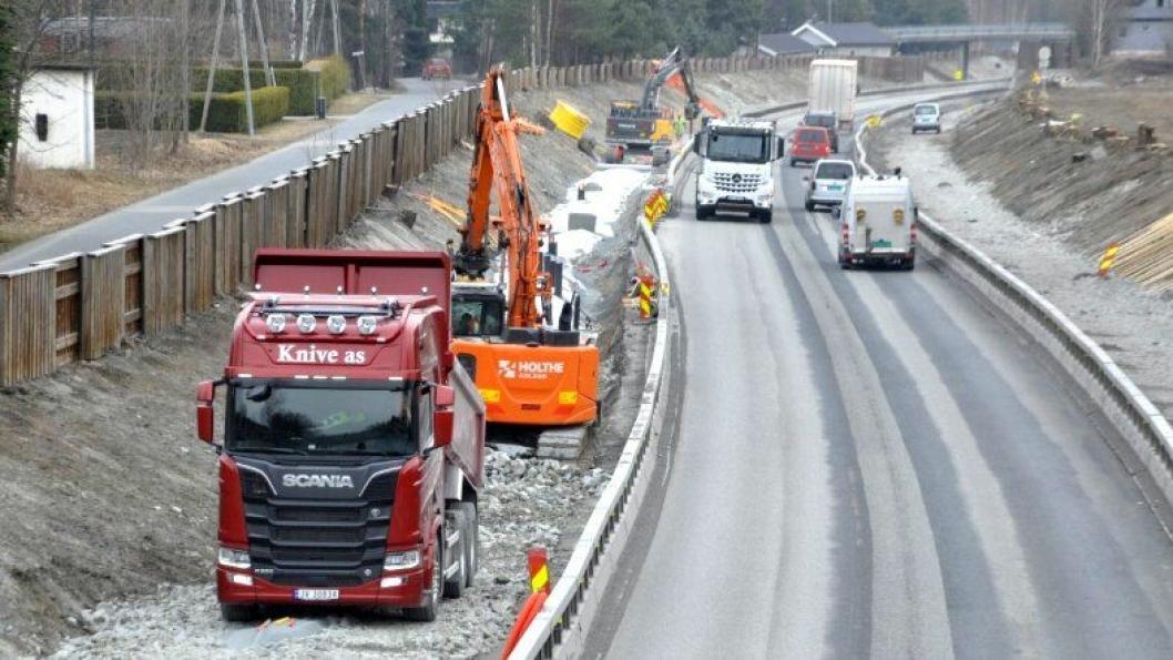 - Vis hensyn og senk farten, ber anleggsfolkene på E134 i Eiker.