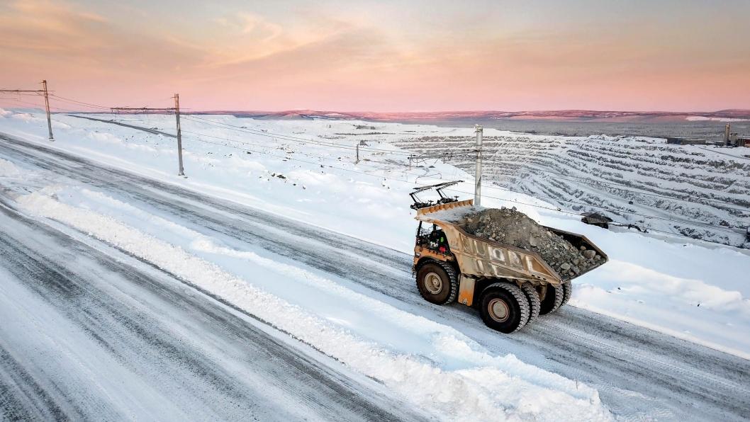 Tipptruckene får elektrisk hjelp til fremdriften i denne bratte bakken i Boliden Aitik, som er verdens mest produktive åpne kobbergruve. Gruven ligger i Gällivare i Sverige.
