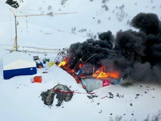 Flere hundre liter olje og plasthallen ga skikkelig svart røyk.