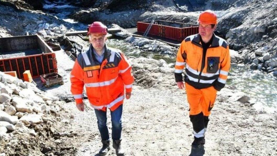 Asbjørn Stensrud (t.v.) i Statens vegvesen og Stian Brenden i Stian Brenden Maskinservice AS møttes denne uka for å markere tildelingen av det femårige driftsoppdraget i Gudbrandsdalen.