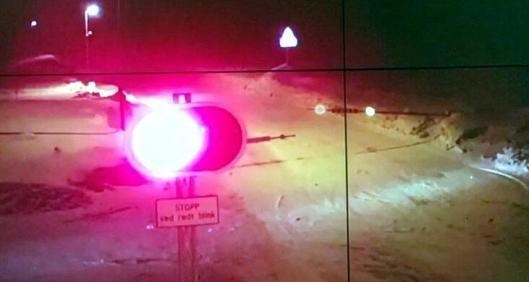 Bommen ble brutt opp på sørsiden da bilistene tok seg inn på den stengte europavei-strekningen.