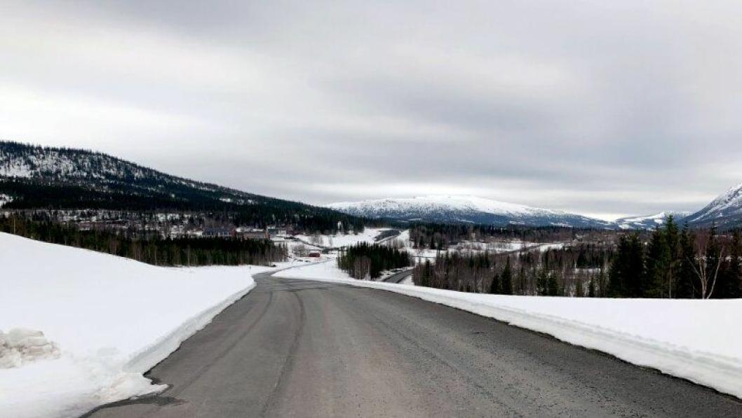 Bare småarbeid gjenstår før prosjektet E6 Helgeland sør er ferdig. Dette bildet er tatt i retning Sandvik folkehøyskole, hvor Skanska har sin anleggsrigg.