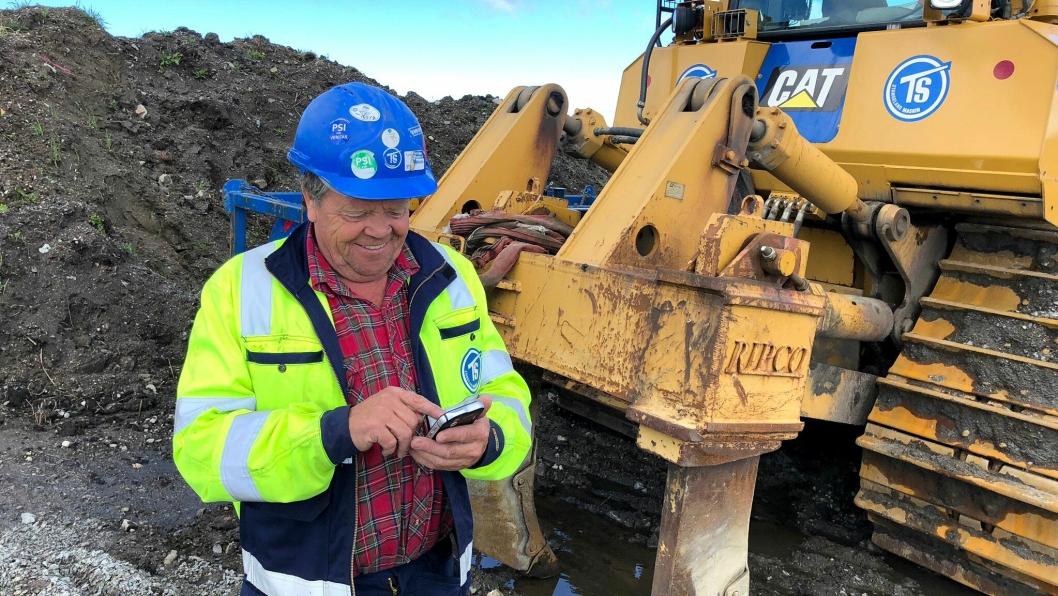 Tore Kjell Helleland hos Stangeland holder styr på arbeidsdagen via mobilen.