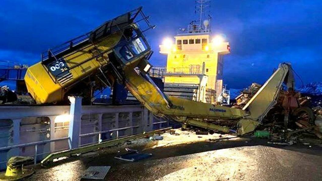 Maskinføreren ble lettere skadet da maskinen veltet med på kaia under lasting av skrapmetall.
