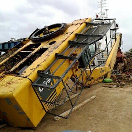 Leknes Maskin & Transport AS løftet Komatsu-en ned på kaia lørdag 25. april. Den skal være med skipet den falt av, etter at forsikringsselskapet har sagt sitt om hva som skal skje videre med maskinen.