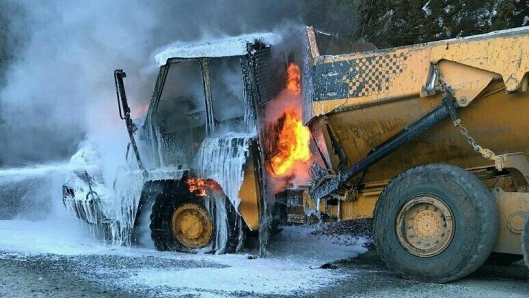 Her slokkes det som er igjen av Moxy-en der den sto parkert ved byggingen av Nessa kraftverk i Sogndal (Vestland) lørdag 25. april.