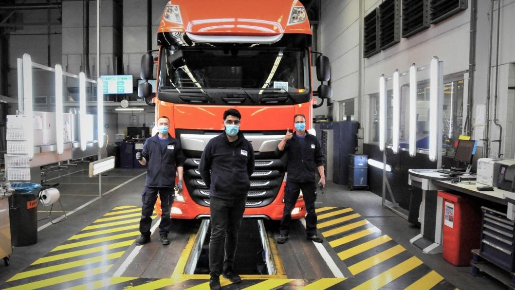 Produksjonen av DAF-lastebiler ruller igjen. Nå med smittevernutstyr og sosial avstand i produksjonen. Dette skal være første DAF av produksjonslinjen etter koronastoppen.