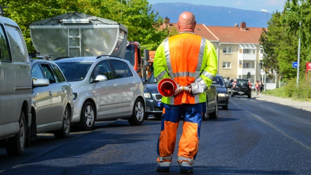 Vegvesenet krever nå at trafikkdirigenter skal ha arbeidsvilkår etter, og lønnes etter, Overenskomsten for asfalt og vedlikehold. Dette skjer på grunn av flere brudd på arbeidstidsbestemmelser.