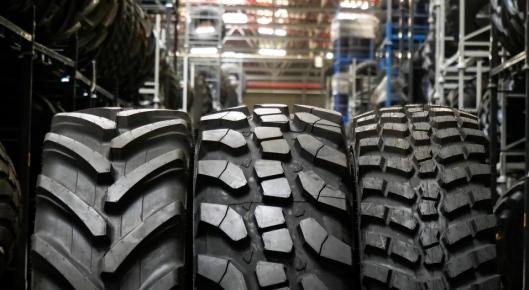 Som man ser på mønsteret, er det nye dekket (midten) fra Alliance en hybrid mellom et traktordekk (t.v.) og et «normalt» veidekk for anleggsmaskiner (t.h.). På denne måten forener den de beste egenskapene fra de to dekktypene: komfortabel kjøring på asfalt eller betong og sterk trekkraft på jordet eller under gjørmete forhold. Hybriddekkets sidemønster er «speilet». Dette skal sikre at dekket fungerer like bra enten man kjører fremover eller bakover.