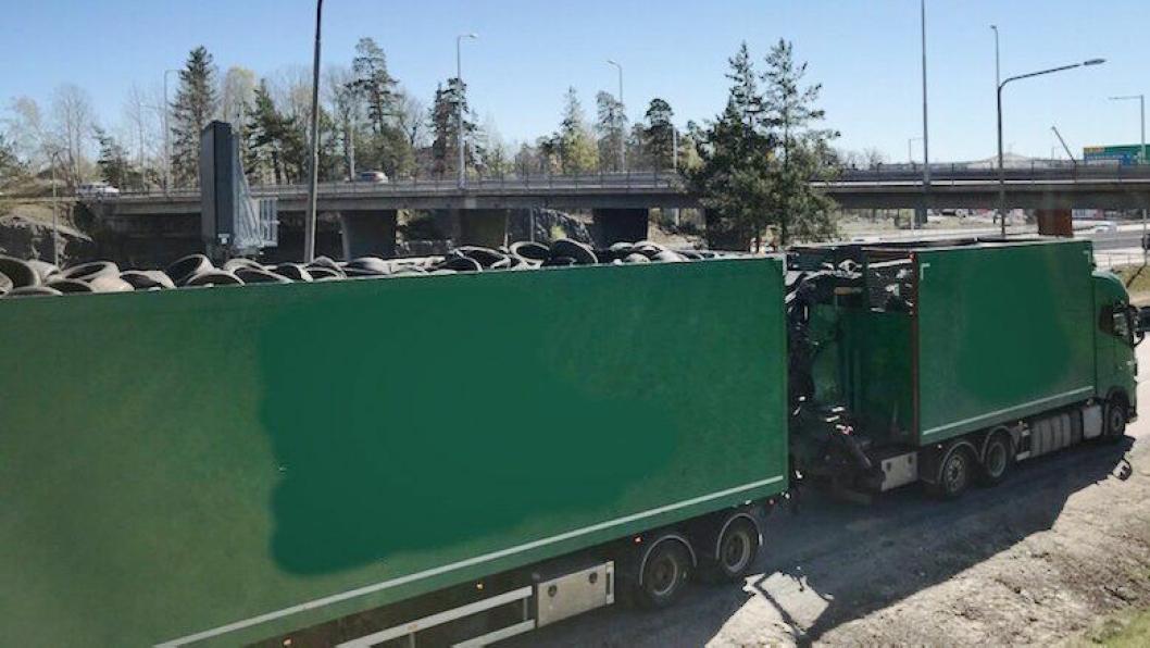 Det kostet både penger og førerkort å miste tre dekk fra lasten rett ved der politiet i Stockholm sto med en patrulje.