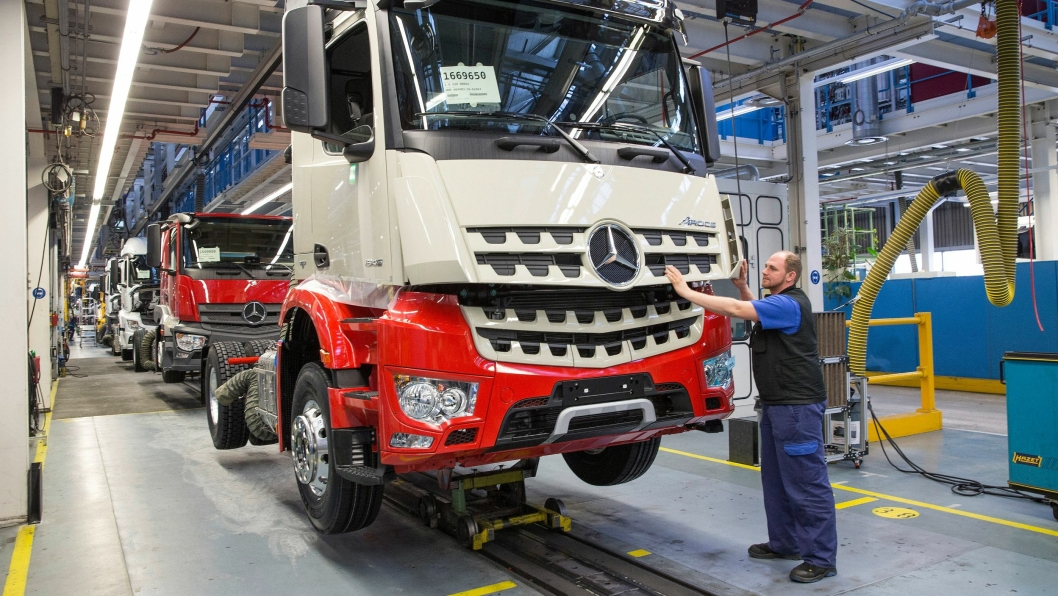Produksjonen er i gang igjen ved Daimlers gigantfabrikk, Werk Wörth, i Tyskland. Bildet er fra 2017.