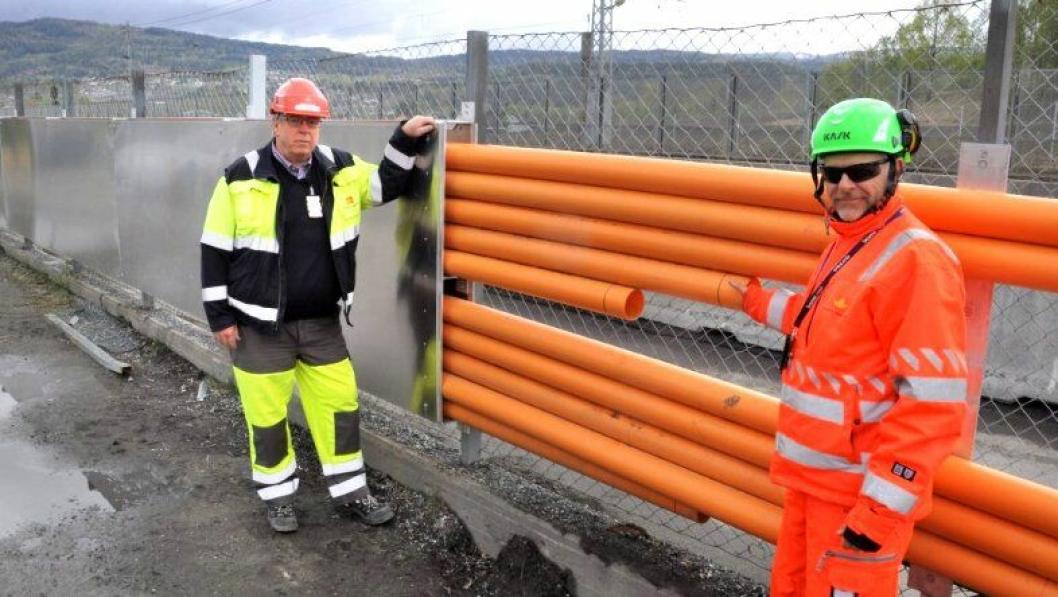 Ottar Bjørnstad (t.v.) og Eugen Myhr i Statens vegvesen fikk en god idé til en ny løsning for rørfremføring.