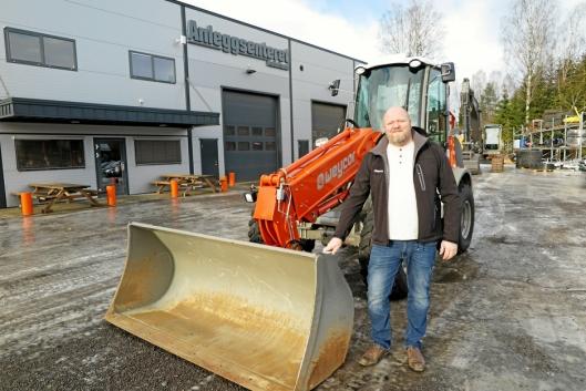 ANSVARLIG: Jon Christian Foss, her foran anlegget på Roa med en Weycor hjullaster, leder maskinsalget i selskapet.
