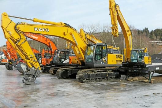 PÅ PLASS: Et utvalg Kato gravemaskiner har fått plass foran anlegget, tett på Hitachi-gravere som inngår i utleieparken til Hadeland Utleie.