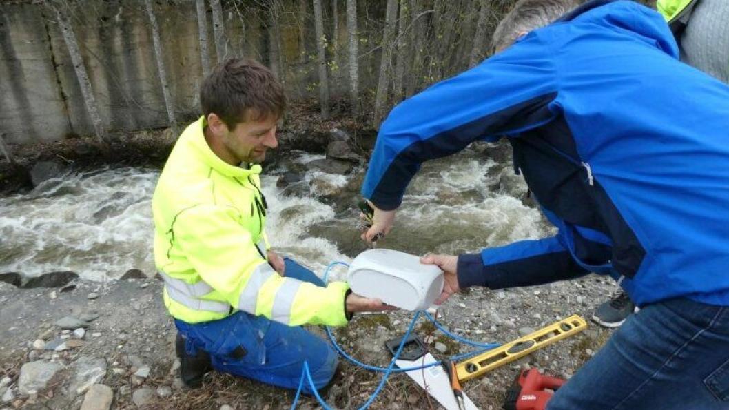 John Øye fra Pipelife Norge og Terje Andersen fra ASD AS monterer sensorer med tilhørende utstyr i stikkrenna ved Mageli.