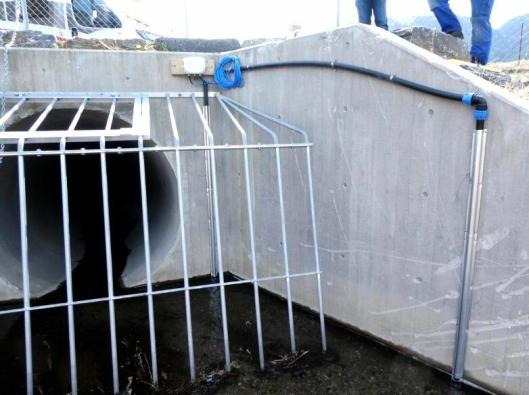 I denne stikkrenna nord for E6 Hundorptunnelen i Sør-Fron kommune er det montert sensorer som måler vannstanden på utsiden og innsiden av fangrista foran kulverten. Det er tegn på at en propp er under utvikling dersom det er høyere vannstand på utsiden enn på innsiden.