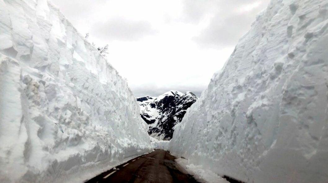 Brøytekanter på opp til ni meter, som her på Gaularfjellet, utgjør rasfare når snøen smelter.