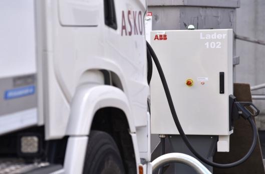 ABB-laderne på Kalbakken er på 150 kilowatt (kW), eller tre ganger en typisk hurtiglader for personbiler.