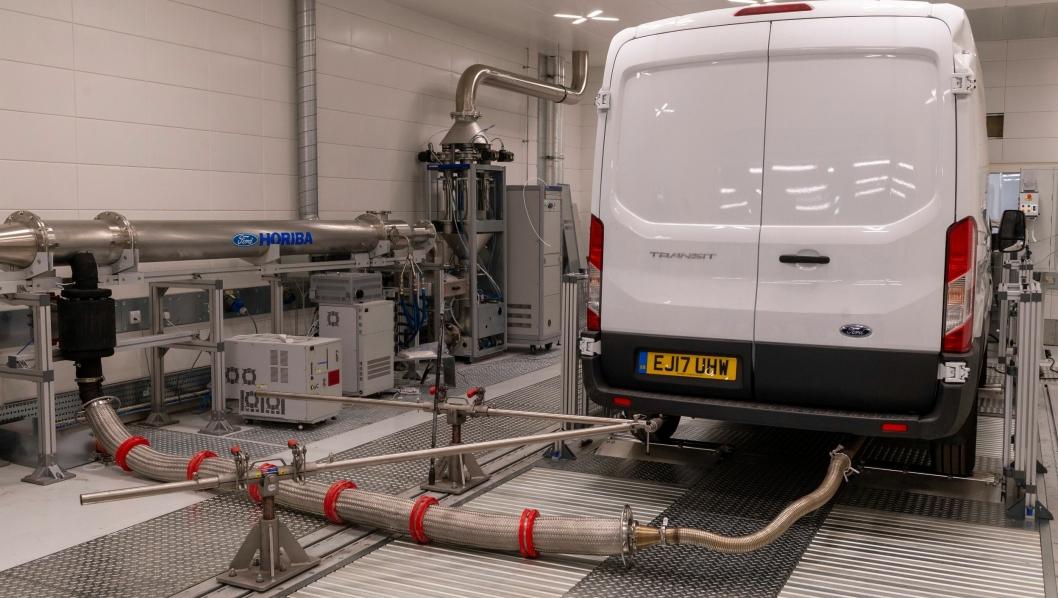 De nye WLTP-avgassmålingene har betydd en enda mer omfattende testing for bilprodusentene og her ved Fords utviklingssenter i Dunton, UK har de måttet øe testkapasiteten med flere nye testkammere. (Foto: Ford)