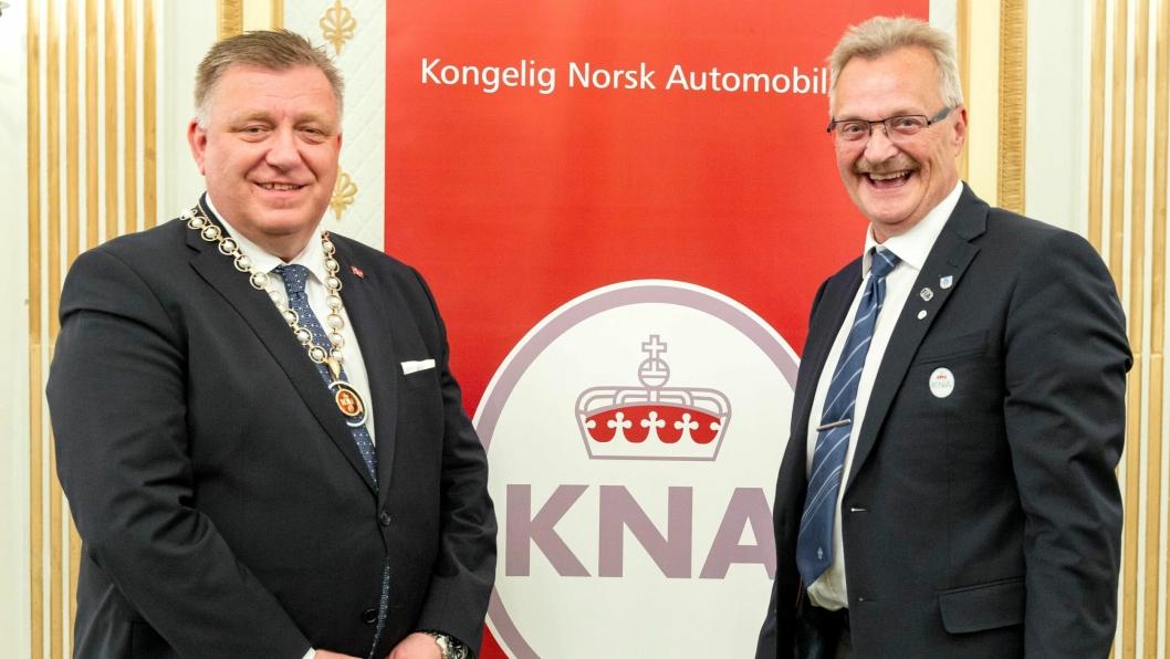 Geir A. Mo (t.v.) har overtatt som President i KNA etter Finn Eirik Eilertsen. Han har presidentkjedet som bevis.