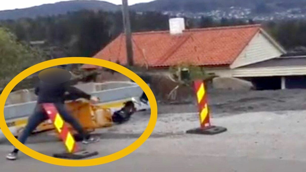 Skjermdump (med påmontert sladd og markering) som viser mannen i aksjon med å fjerne og ødelegge et mobilt trafikklys.