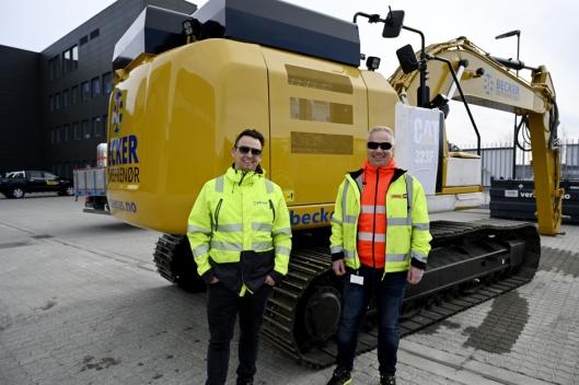 SATSER: Hans-Erik Becker (t.v.) er den eneste kunden i Norge som har signert kontrakt på fem elektriske gravemaskiner med salgssjef Rune Vestengen og Pon.