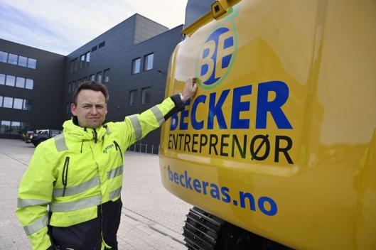 NY LOGO: Hans-Erik Becker og Becker Entreprenør har også oppgradert logoen. Den har fått en ny grønn blomst som slunger seg rundt.