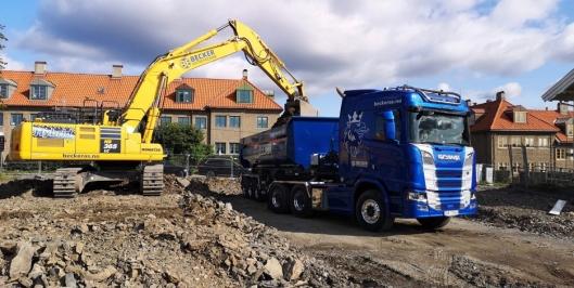 HYBRID: Becker Entreprenør har i tre år brukt Komatsus hydride 40-tonner. Også alle lastebilene er byttet i løpet av det siste året.