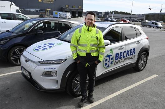 ELBILER: Nylig fikk Hans-Erik Becker og Becker Entreprenør fem elektriske Hyundai Kona som anleggsledere og administrasjon bruker mellom de forskjellige anleggene.