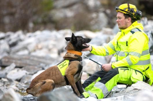 Hundefører Leif Ove Skancke med hunden Corona.
