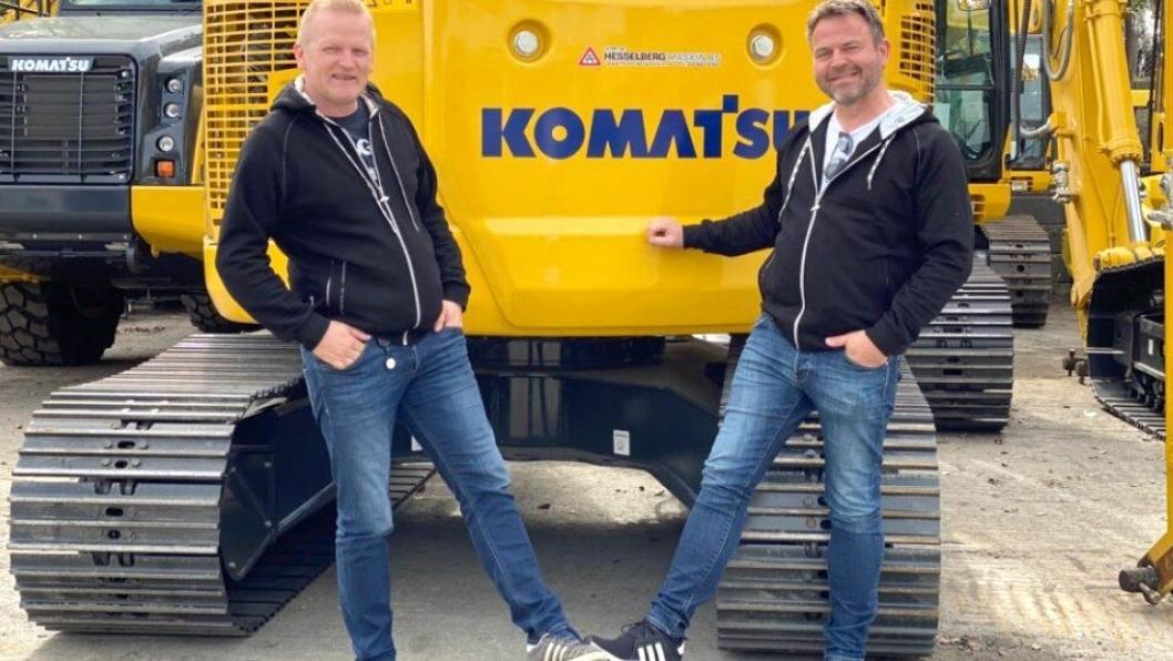 Salgssjef Morten Wernberg (t.v.) og Albert Knudsen med et «covid-19-håndtrykk» i anledning ansettelsen.