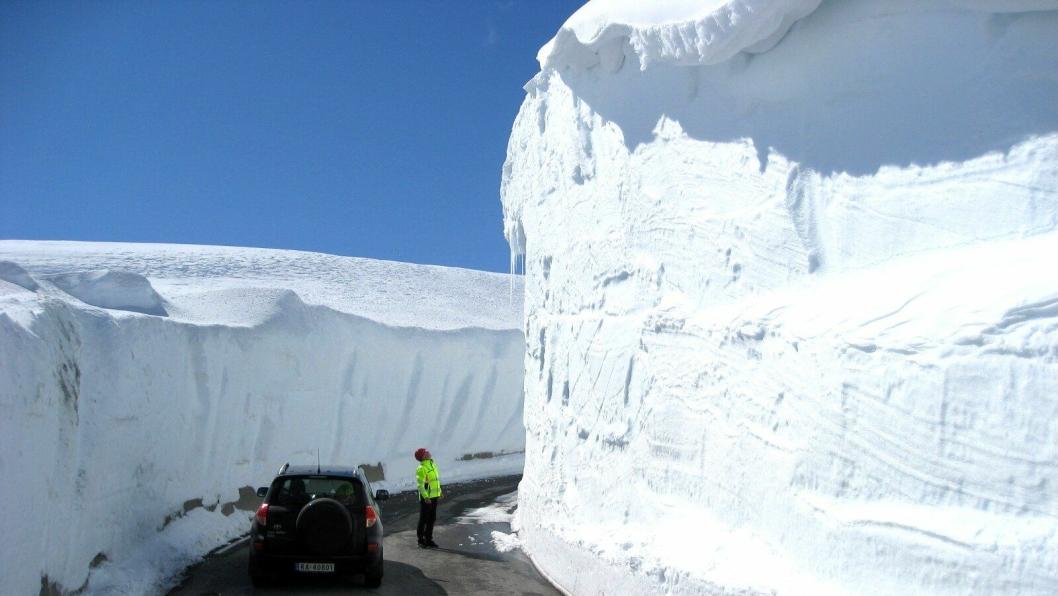 Fylkesvei 4224 fra Sirdal til Lysebotn har høye brøytekanter med en viss risiko for snøras.