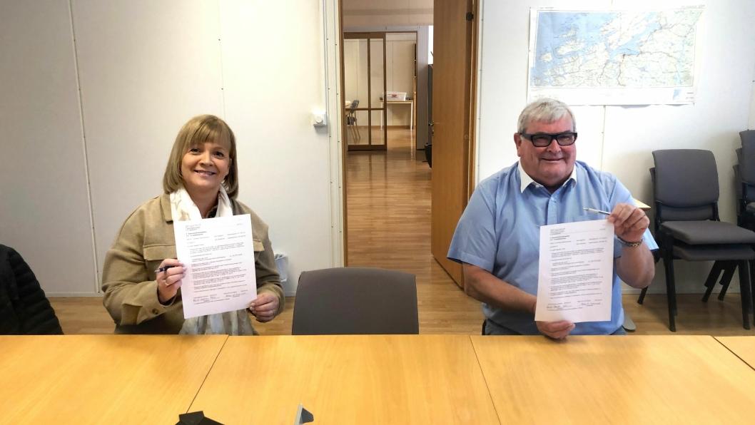 Hilde Alice Kvernrød, prosjektsjef i Mesta AS, og Arild Lars Hamrum-Norheim, seksjonsleder i Trøndelag fylkeskommune, signerte kontrakten om drift og vedlikehold av veinettet i Trondheim de neste åtte årene.