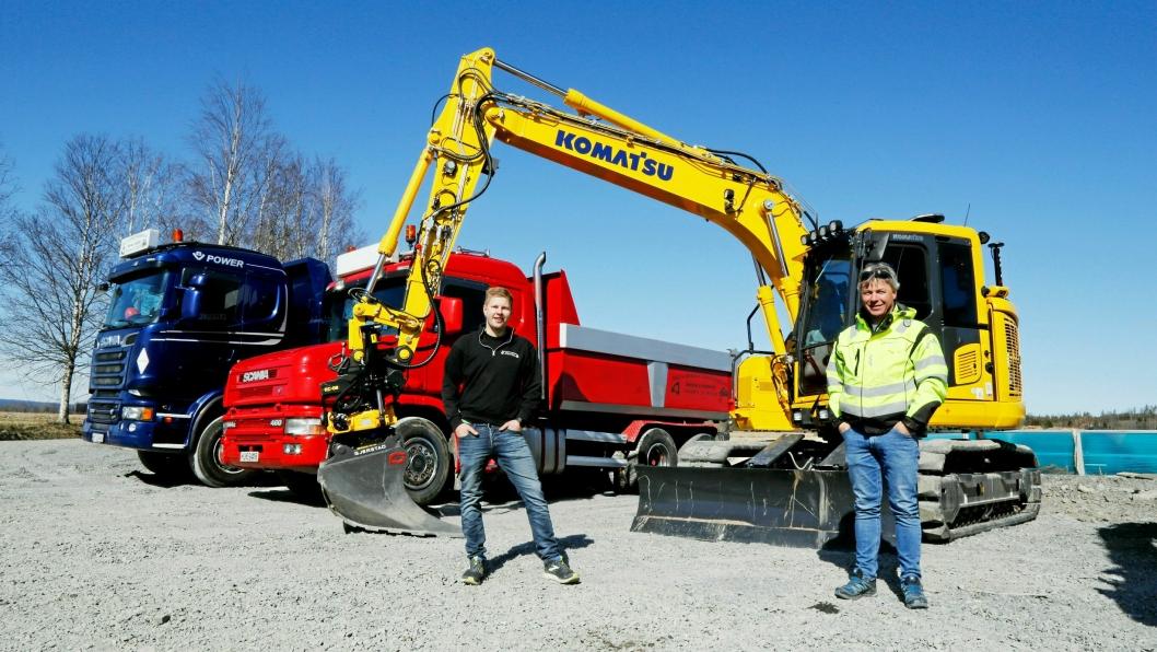 NUMMER SEKS: Lars Kristian Olrud (t.v.) fikk nylig levert sin sjette Komatsu-maskin på tre år. Alle levert av Hesselberg Maskin-selger Roger Wang.