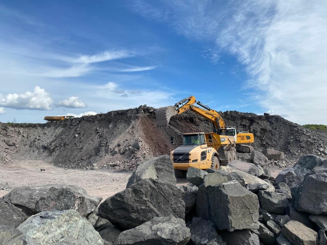 FULL AKTIVITET: Et jorde utenfor Holmestrand er i ferd med å forvandles til et nytt industriområde med hjelp av utleid utstyr fra Machine Partner AS.