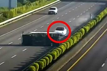 Tesla på autopilot kjørte inn i liggende lastebil