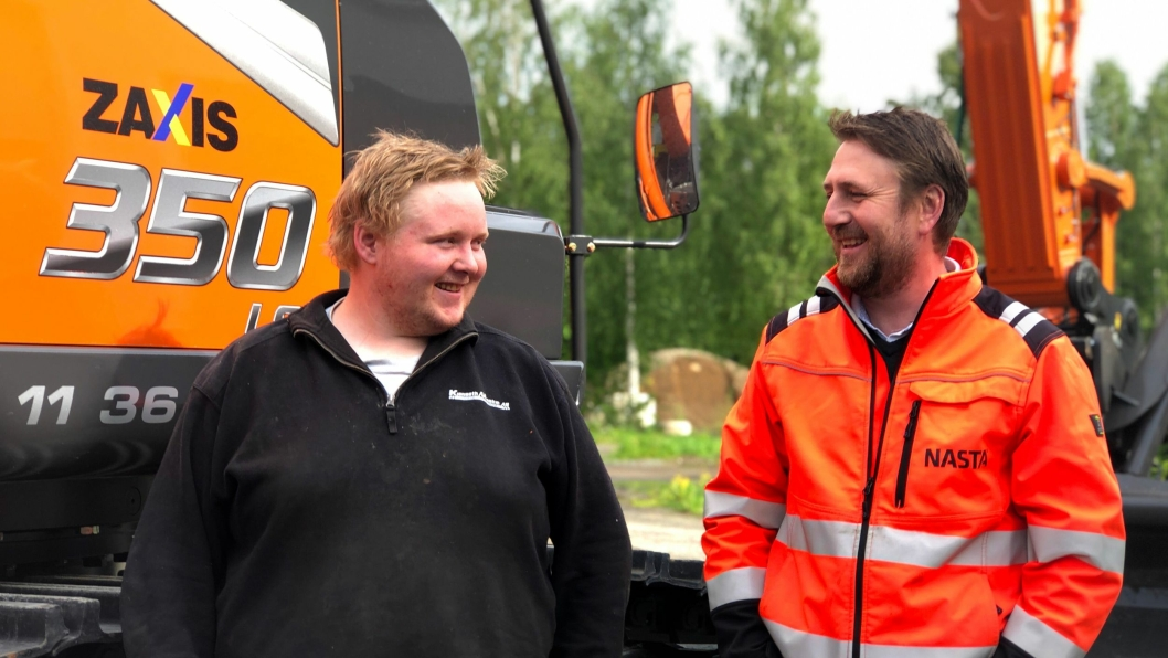 Maskinfører Even Solbakken (t.v.) og maskinselger hos Nasta, Kai Ronny Løvtjernet i strålende humør ved overleveringen.
