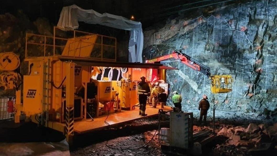 Forskere har nå dokumentert den beste framgangsmåten for å tette bergsprekker ved tunneldriving. Bildet viser klargjøring for berginjeksjon i Implenia/Accionas anlegg i Moss.