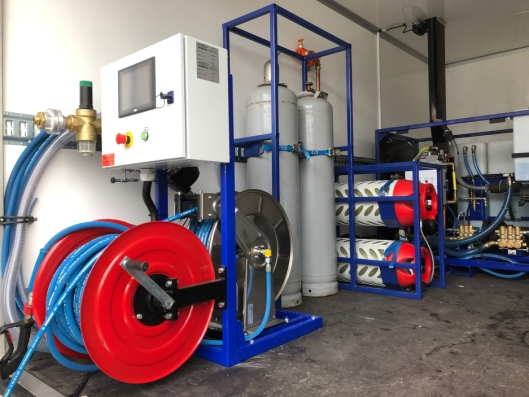 Vaske-anlegget har en Kubota gassmotor som driver to høytrykkspumper. Pumpe nummer 1 har maksimalt trykk 200 bar og 16 liter i minuttet. Pumpe nummer 2 har maksimalt 140 bar og 40 liter i minuttet. Leveres med gassdrevet fyrkjele som sørger for varmt vann. Vanntank 2100 liter. Maskinen leveres med PLS-styring og M2M så leverandør Remitek kan gi nettbasert support på maskinen.