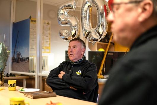 Roar med ballonger som markerer 50 år i bedriften.