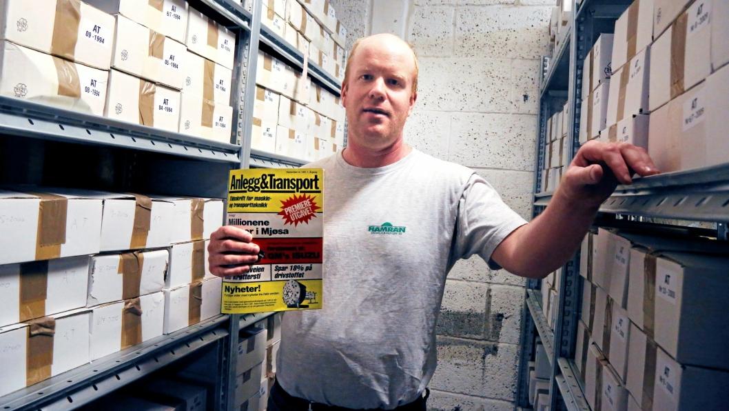 Atle Sunde på Anlegg&Transports lager, der han hentet ut 227 utgaver av bladet - fra 1984 til 2006. Han holder et eksemplar av premierenummeret, September nummer 1, 1984.