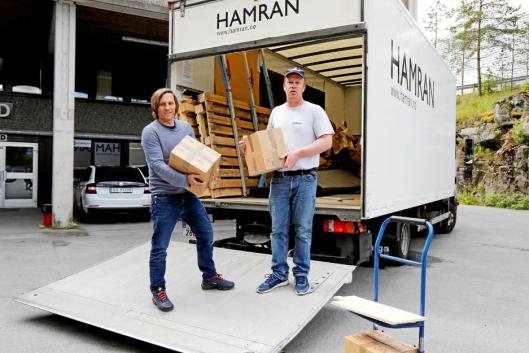 Atle Sunde og dagens redaktør av Anlegg&Transport, Klaus Eriksen, med noen av bladene pakket ned og klare for lasting.